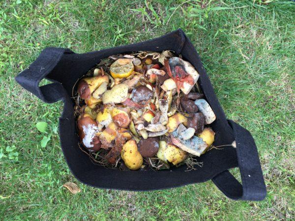 Une couche de déchets de cuisine pour le compost