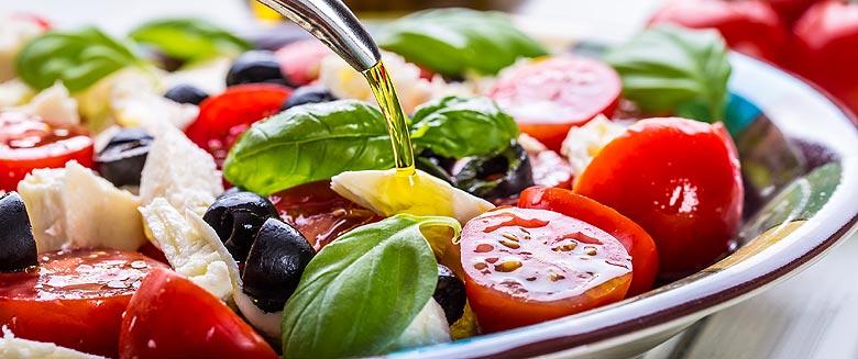 Salade de légumes du potager, huile d'olive, basilic et fromage frais.
