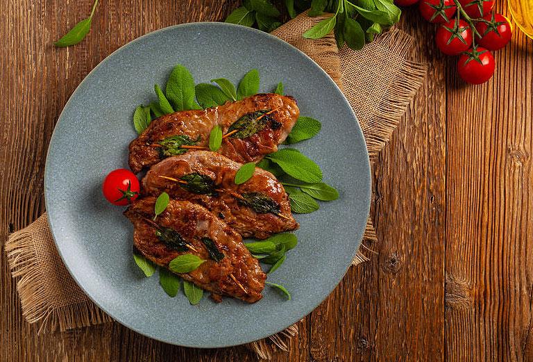 Saltimbocca, spécialité italienne. Escalope de veau à la sauge et jambon de Parme.