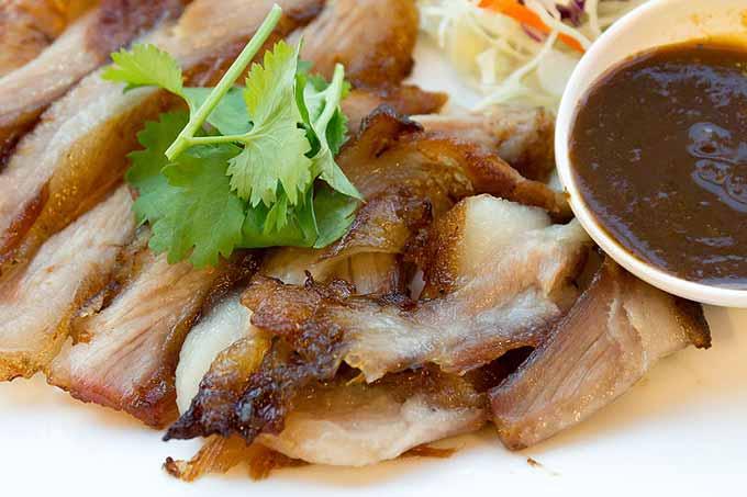 Porc grillé et sauce à la coriandre