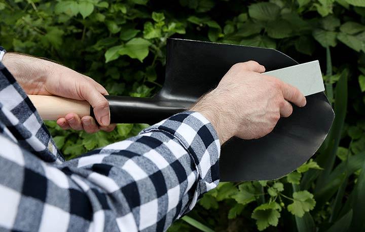Entretenir ses outils de jardinage pour augmenter leur longévité et leur durabilité.