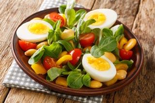 Salade composée avec de la mâche